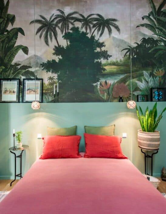 chambre avec mur vert et papier peint fresque orientale