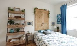 chambre style tropical avec vieille porte bois tête de lit / old door headboard