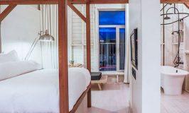 hotel la ferme chambre farmhouse bois blanc ouverte sur la salle de bain