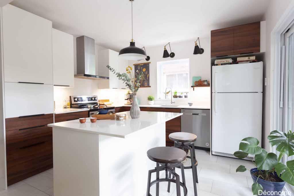 Cuisine IKEA avec portes réalisées en mélamine par un ébéniste - style contemporain rustique. Bois de noyer et luminaires noirs