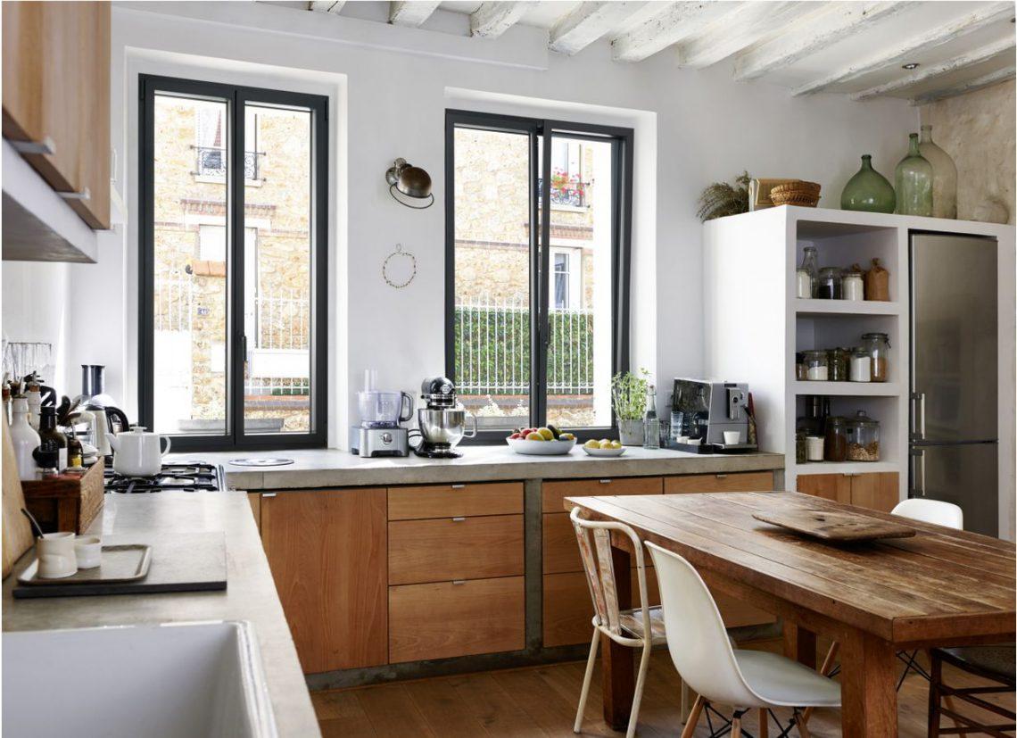 fenetre en alumium Lapeyre dans cuisine bois et béton, poutres au plafond