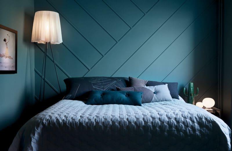 Mur de lattes de bois posées de façon géométrique / geometric wall panneling