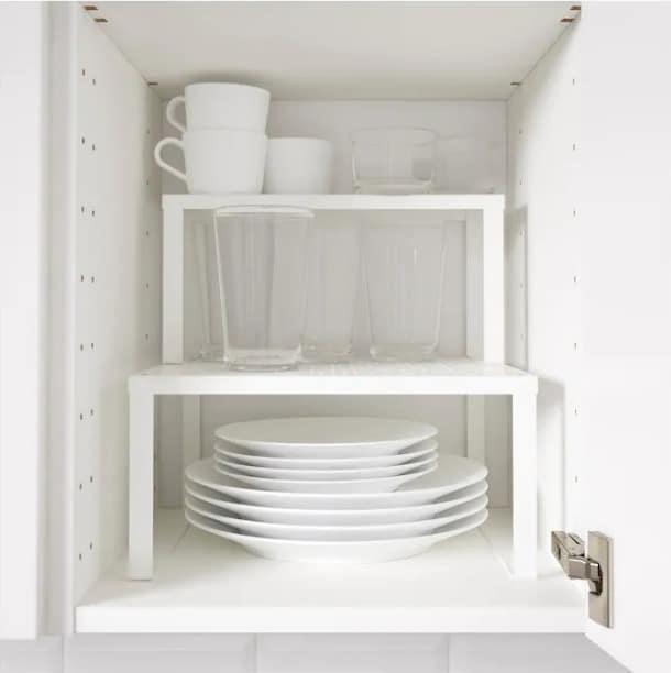 demi étagère pour gagner de la place dans les placards de cuisine