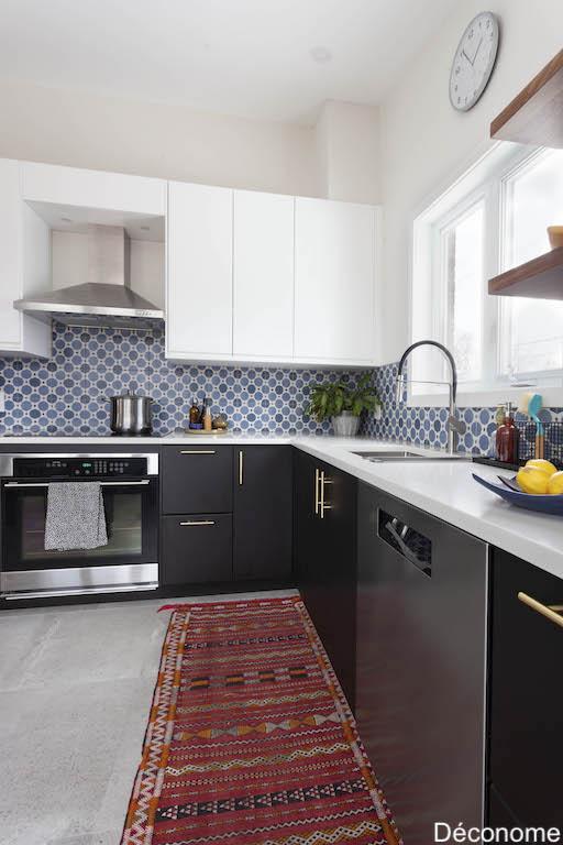 Cuisine IKEA kungsbacka noir et blanc, poignées laiton, crédence style carreaux de ciment, tapis marocain