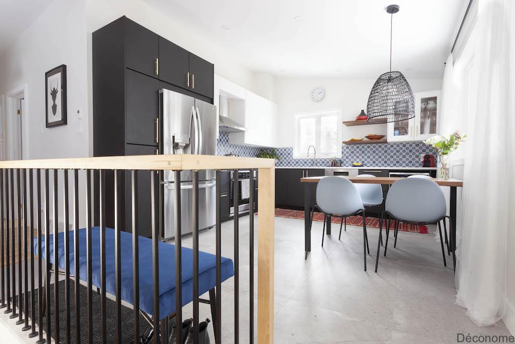 Rampe en merisier russe et barreaux en fer forgé. Cuisine noir et blanc IKEA