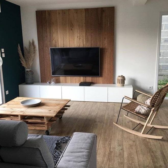 Habillage mur derrière télé en bois pour écran plat