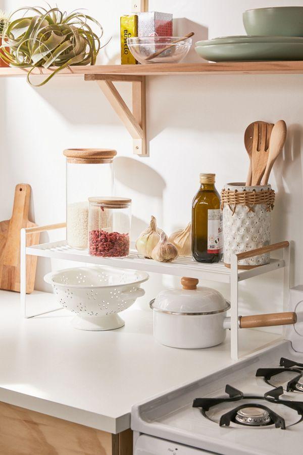 sur étagère pour rajouter du rangement près de la cuisinière