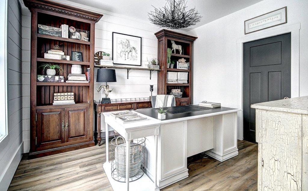 Bureau blanc et bois murs en shiplap bardage blanc style farmhouse