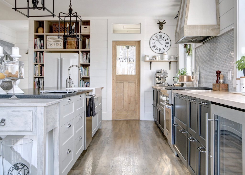 cuisine farmhouse avec garde manger et hotte en bois