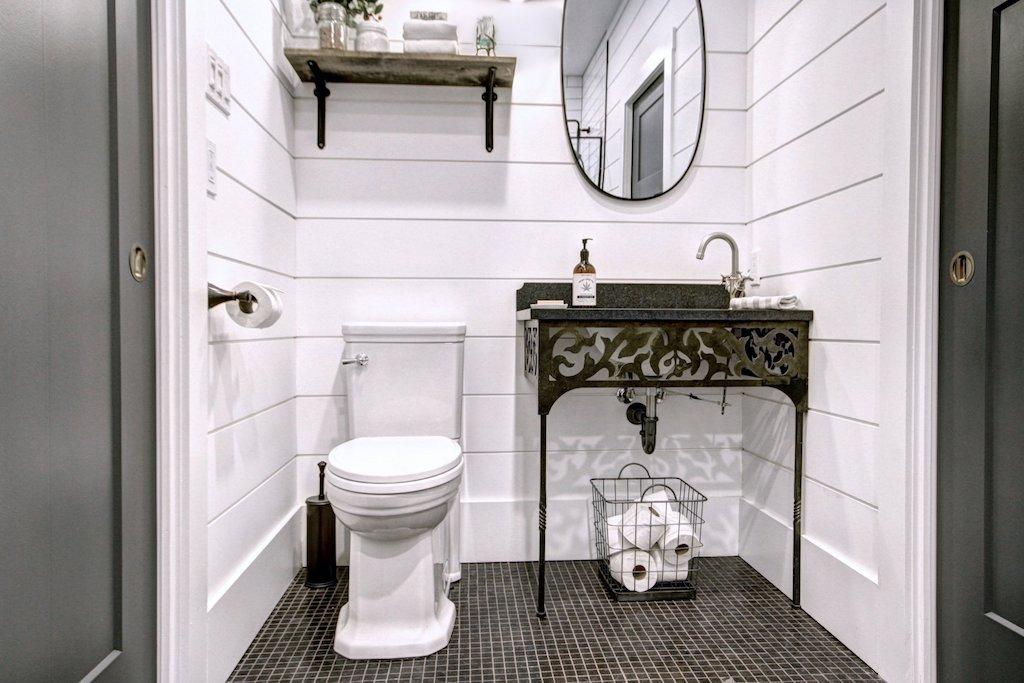 meuble lavabo en fer forgé antiquité récupérée et comptoir de granite