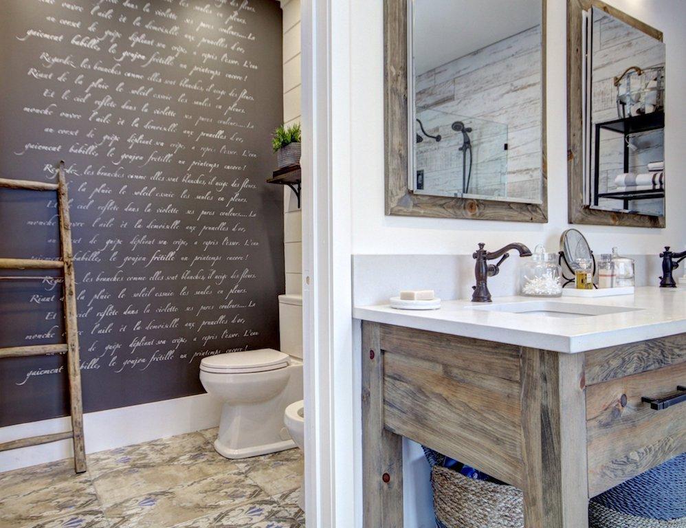 mur noir avec écritures blanches faites au pochoir Cutting Edge Stencil