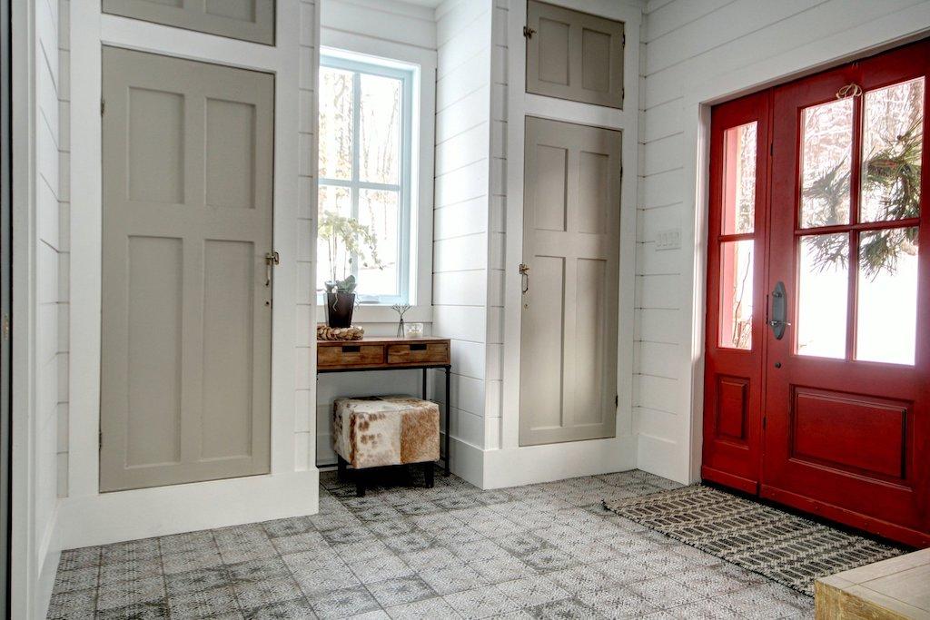 Porte d'entrée rouge et garde-robe portes antiques récupérées