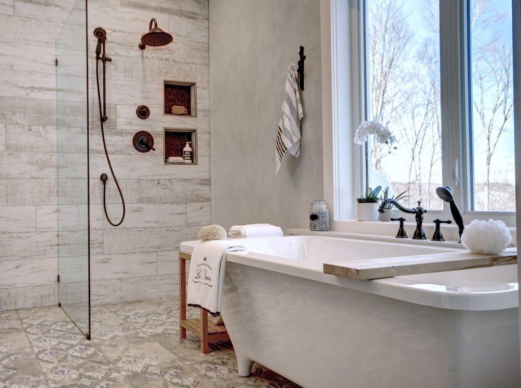 baignoire sur pattes et style rustique chic pour la salle de bain