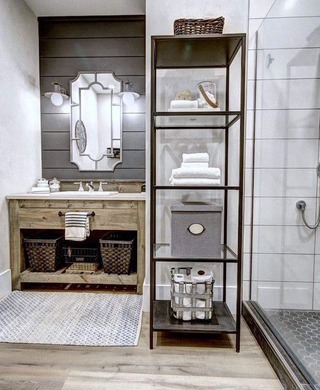 salle de bain industrielle mur de bois boir et touches métal et bois
