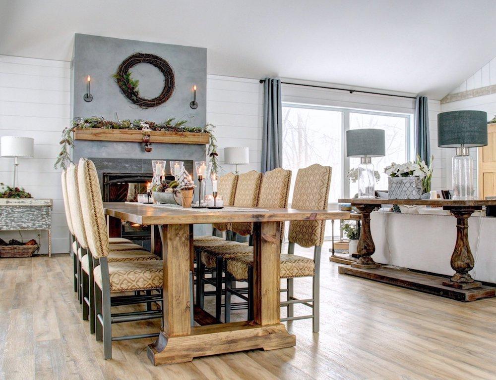 grande table rustique en bois et cheminée en béton ciré