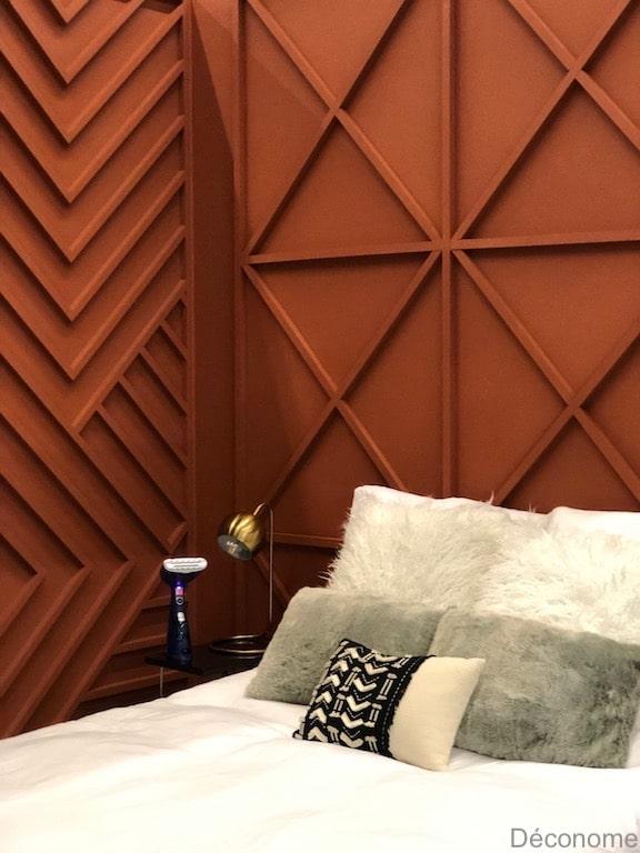 chambre avec mur terra cotta et moulures en bois