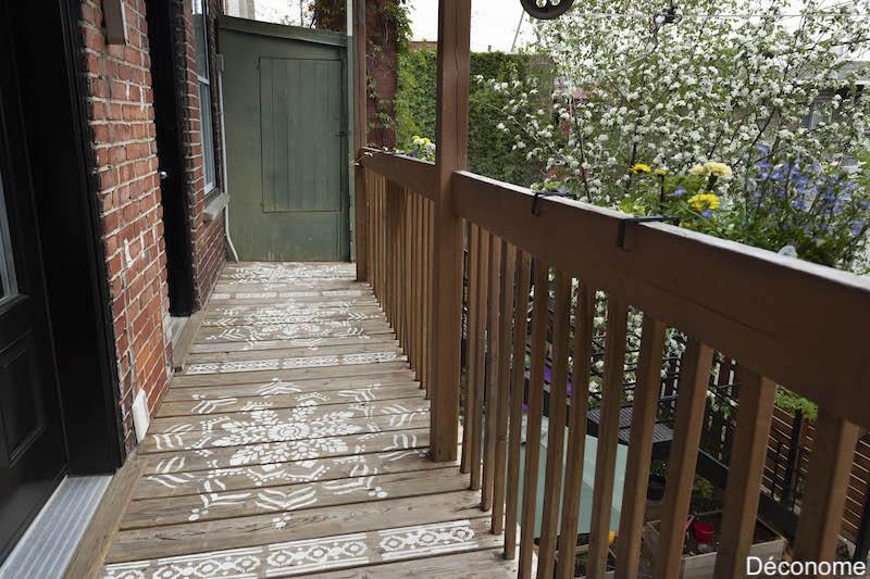 mandala géant peint sur balcon en vieux bois. Style boho