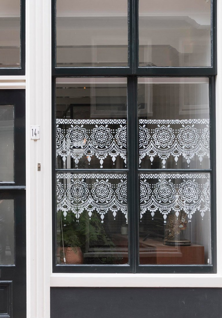 pochoir mandala peint sur vitre fenêtre