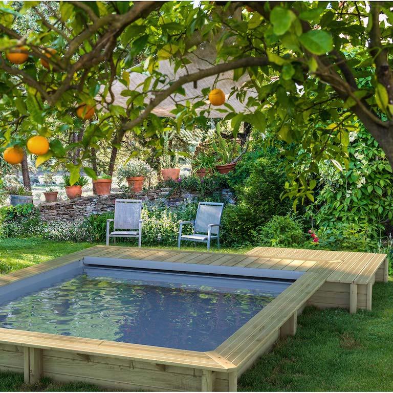 mini piscine carrée en bois semi creusée avec plage intégrée et volet roulant
