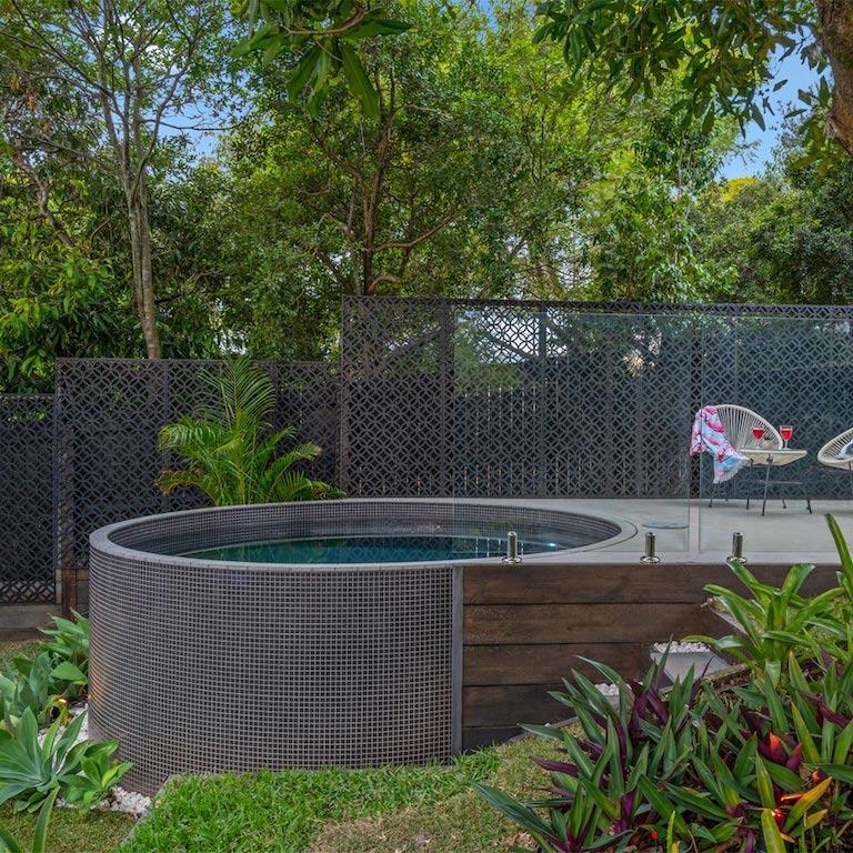 tendance mini piscine ronde en béton / trend concrete round plunge pool
