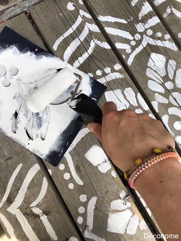 technique de peinture au rouleau d'un pochoir