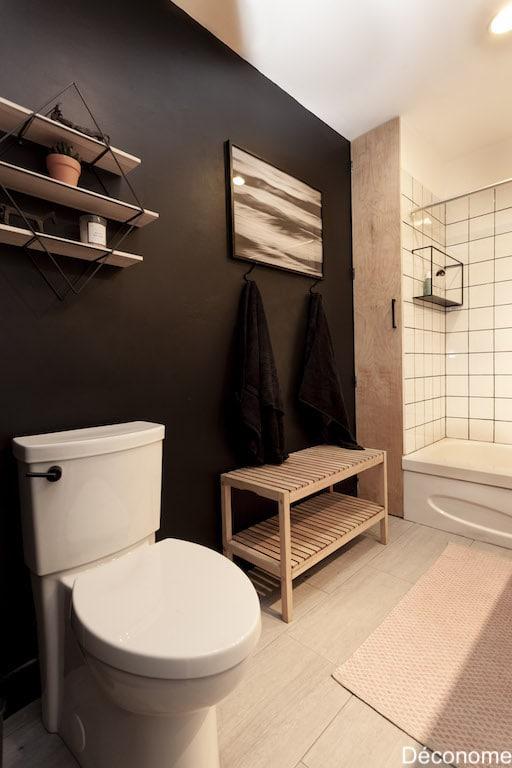 choisir toilette: studio d'American Standard dans salle de bain avec mur noir