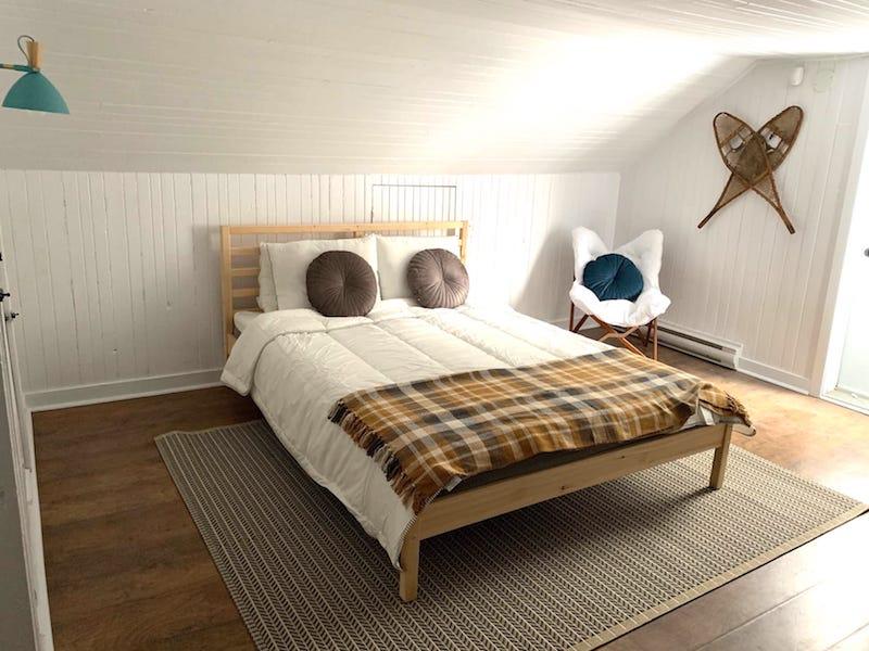 chambre mansardée avec lambris de bois peints en blanc
