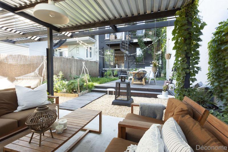salon de jardin sous une pergola en métal noire
