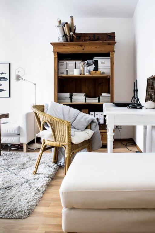 Bureau à la maison dans petit salon
