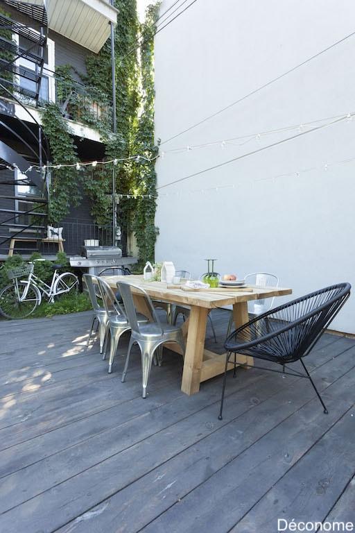Immense table en bois massif au jardin