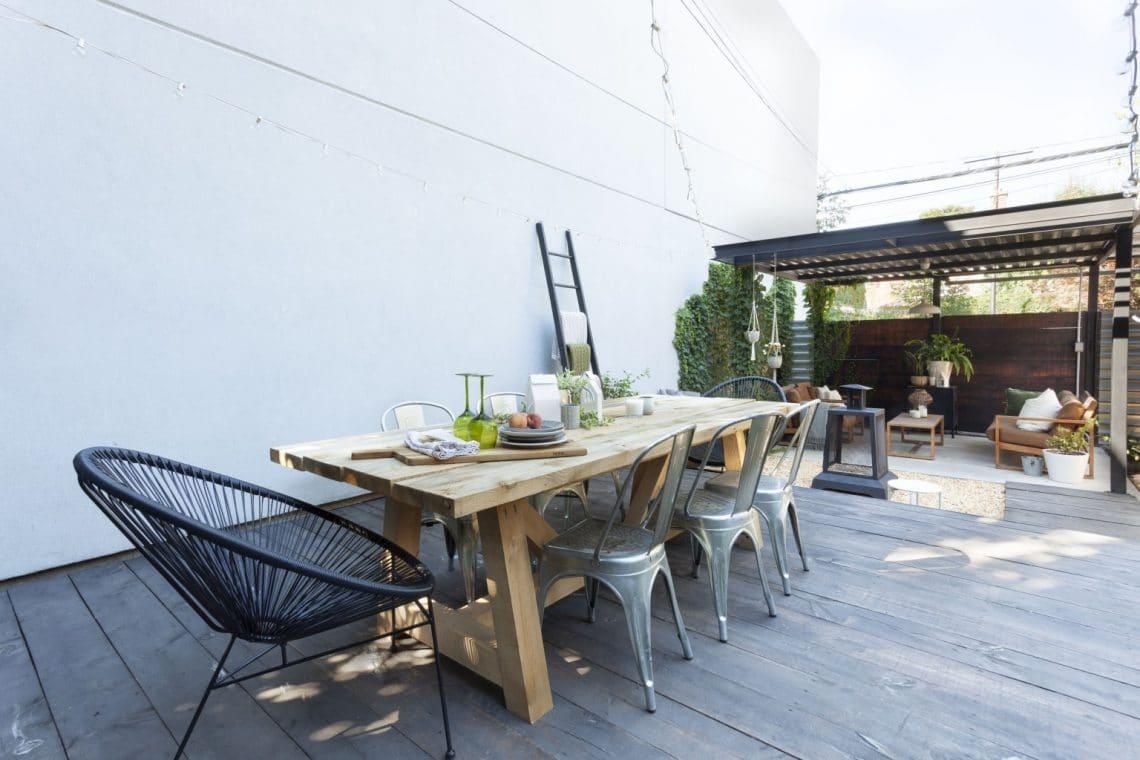 Table en bois pour 8 personnes au jardin