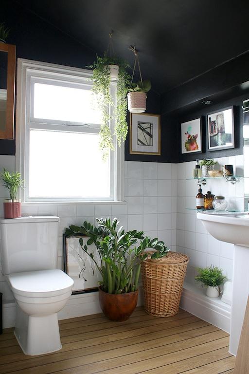salle de bain avec plafond peint en noir
