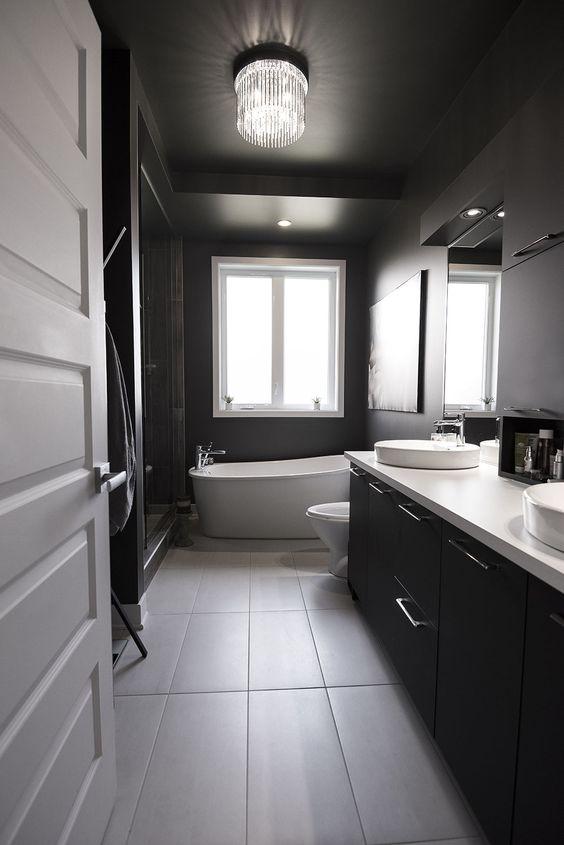 salle de bain noire murs et plafonds et meuble lavabo
