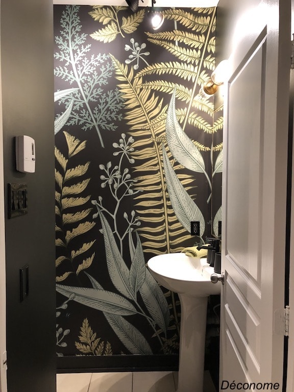 salle d'eau peinte en noir avec deux bandes de papier peint à motif de fougères