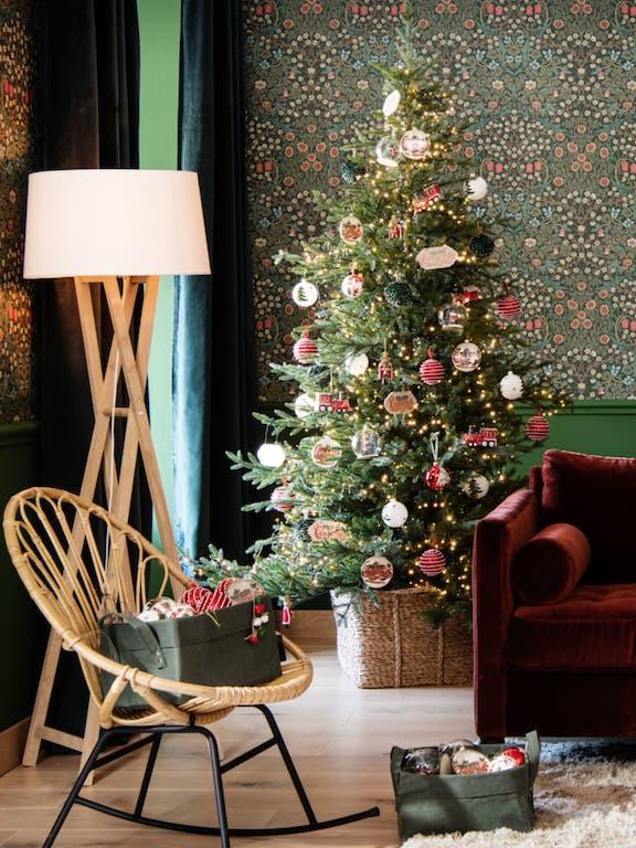 Tendance déco noel traditionnelle et vintage. Ornements blancs rouges et vert