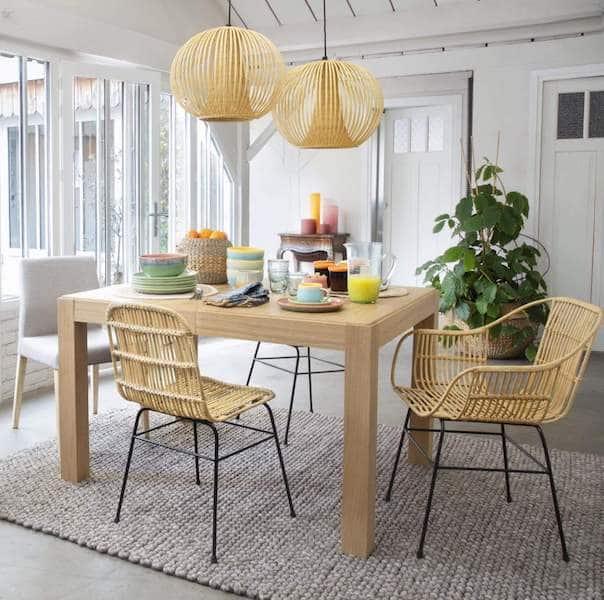 chaises rotin autour de table de salle à manger