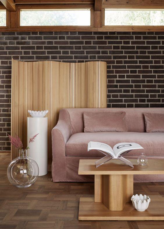 tendances déco 2021 - simplicité, matières naturelles, bois, canapé velours rose