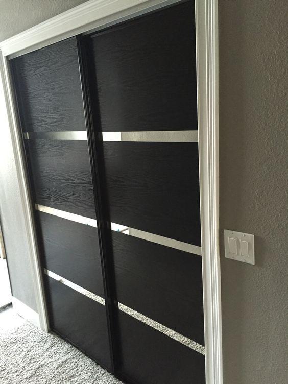 porte placard miroir décorée avec adhésif noir à grain de bois