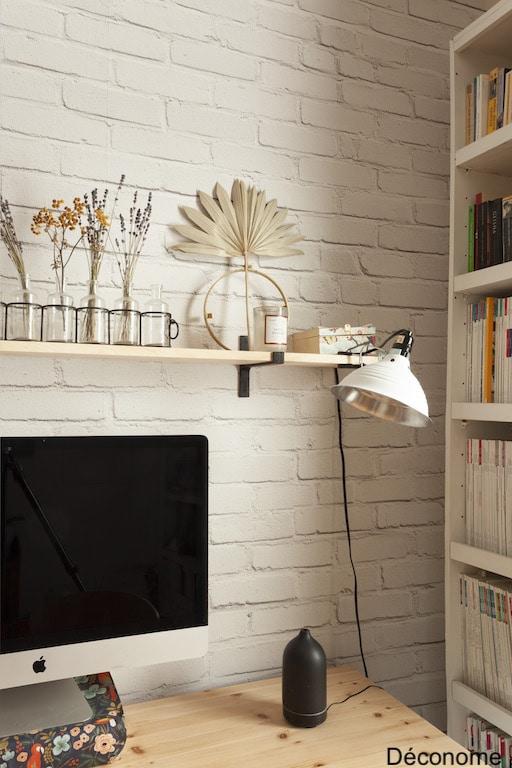 lampe chantier accrochée sur étagère