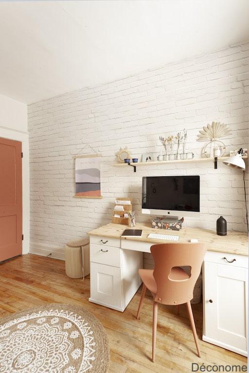 bureau mur papier peint brique blanche et tapis en jute mandala