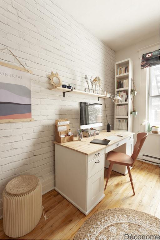 Bureau repeint en blanc et plateau poncé. Mur papier peint brique blanche