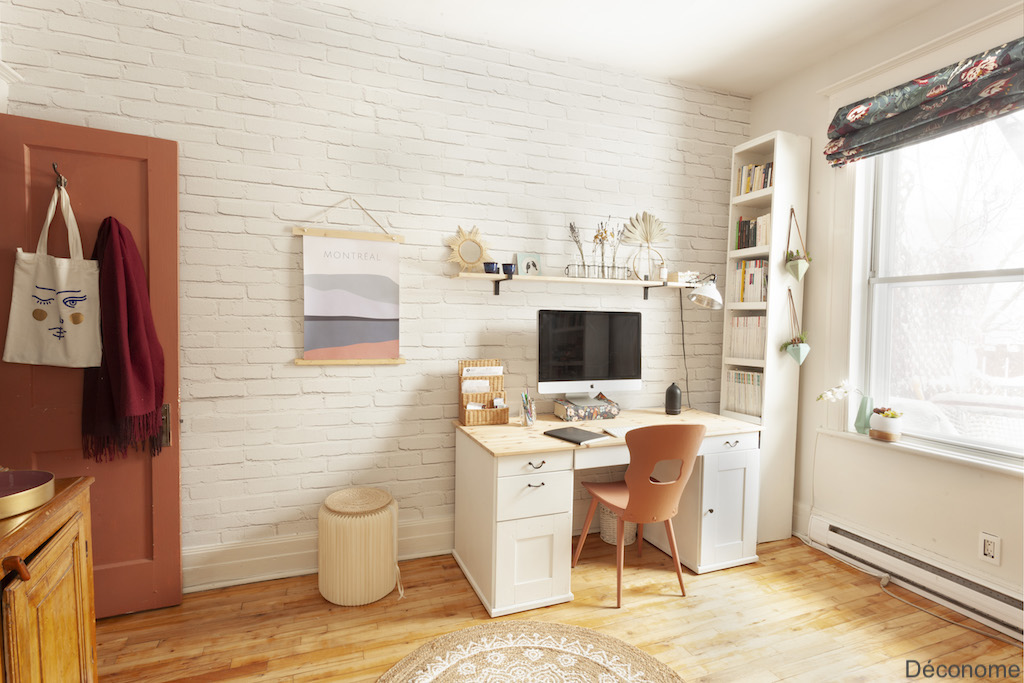 mur papier peint brique blanche. Bureau blanc chaise et porte rouge.