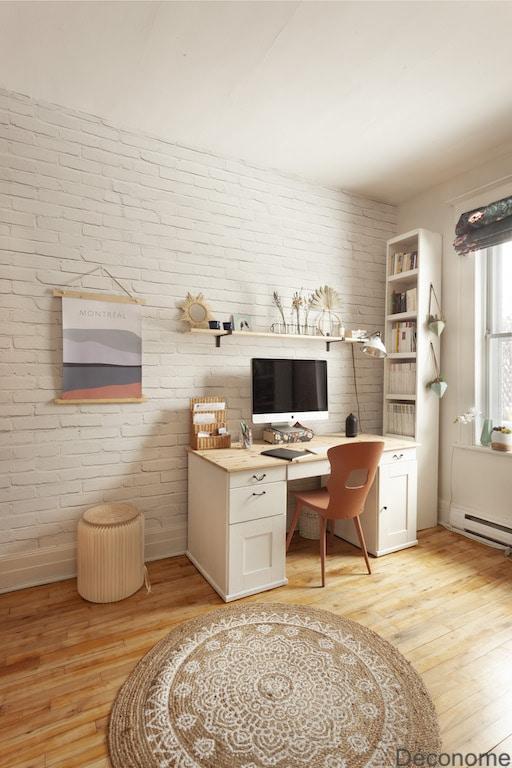bureau papier peint brique blanche et ambiance lumineuse. Tapis de jute