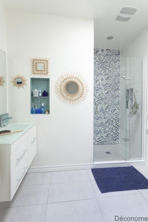fuite douche italienne refaite avec mur en céramique bleu et blanche style cassées