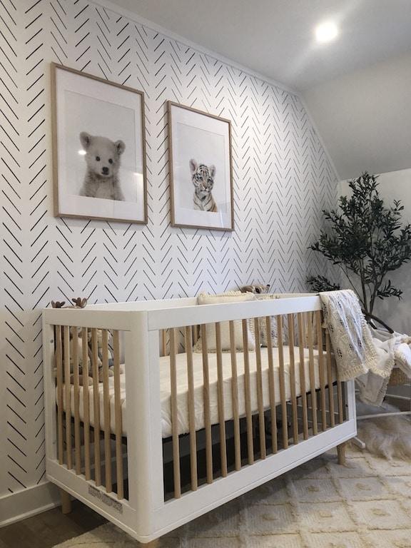 chambre de bébé tendances papier peint géométrique et affiches d'animaux