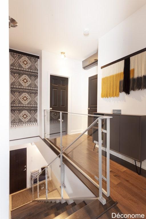 Décoration de couloir avec idées petit budget: tapis suspendu, portes peintes en noir et console IKEA modifiée