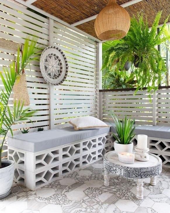 breeze block ou claustra béton utilisé pour fabriquer une banquette de jardin