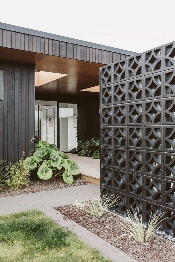 breeze block ou claustra béton peint en noir comme écran de jardin