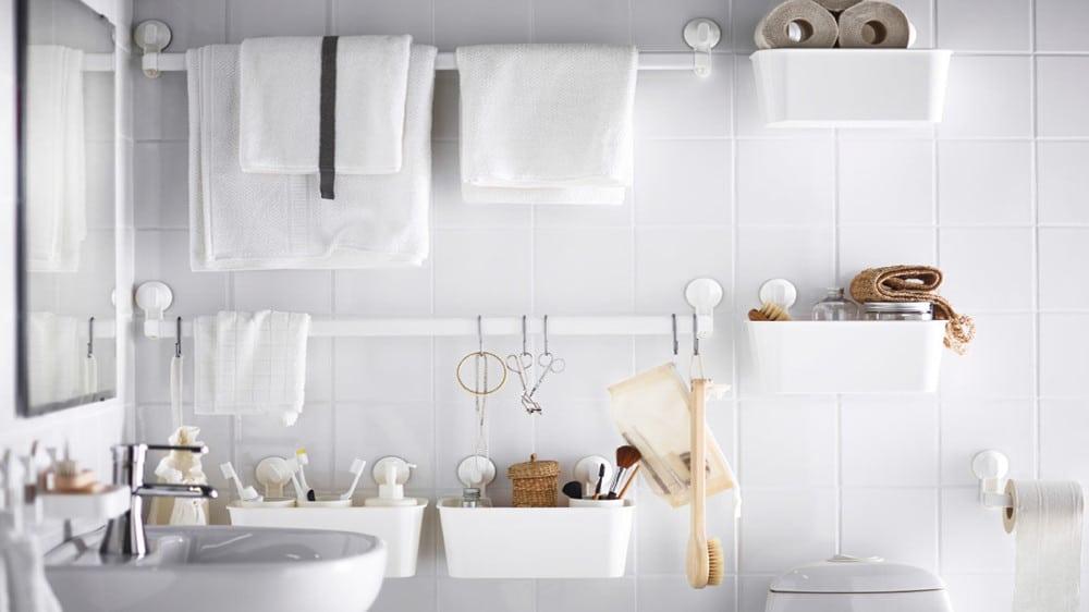 cacher un carrelage de salle de bain avec barres de rangement suspendues