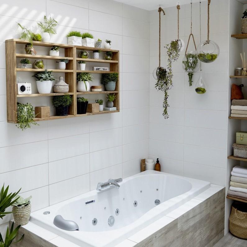 étagères en bois posées sur carrelage de salle de bain blanc